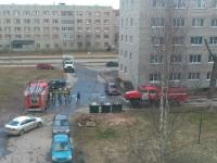 Обычный момент дня: возле студенческих общежитий на улице Парковой в первый день апреля бурлила жизнь