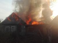 На улице Орловской в Великом Новгороде горит дом (фото)