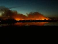 Новгородцы вместе с МЧС более пяти часов тушили пожар на поле рядом с Ращепом