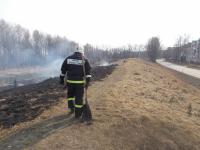 В Великом Новгороде пожарные борются с огнем на валу