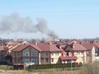 В Великом Новгороде пожарные борются с огнем на улице Орловской