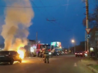 Видео: пожарные сбивали пламя с авто на перекрестке на глазах сотен новгородцев