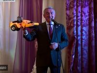 Юрий Бобрышев подарил новому главе Шимского района игрушечный дорожный каток