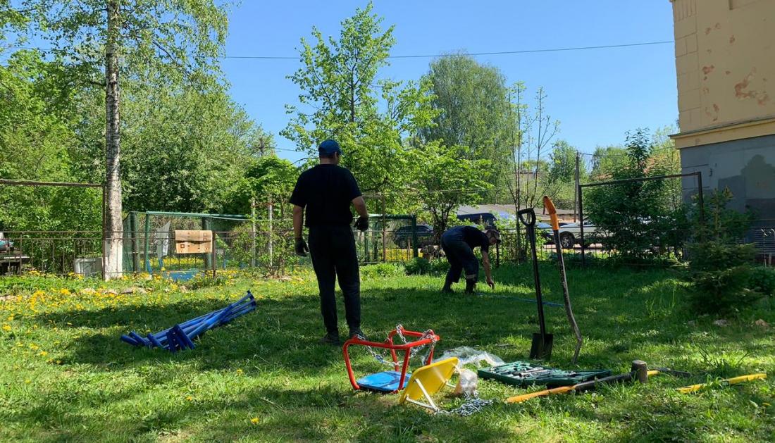 Вопреки воле пенсионеров в новгородском дворе установили качели для детей