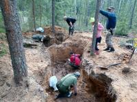 Поисковики обнаружили в Парфинском районе неизвестное захоронение времен войны