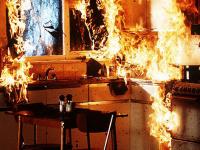 В Старой Руссе пожарные эвакуировали людей и потушили пожар за четыре минуты