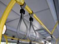 В Великом Новгороде две женщины упали в автобусе, а в Новгородском районе Opel сбил девочку
