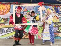 Более сотни участников фестиваля Петрушки в Старой Руссе показали, как г-н Уксусов радость причиняет