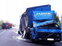 На трассе М-11 в Новгородской области случилось ДТП из-за спящего водителя фуры