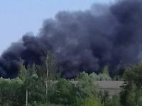 Новгородский район заволокло черным дымом — горит бочка с битумом