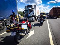Спасатели на мотоциклах примчались к месту столкновения двух фур в Новгородском районе