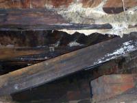 В Окуловском районе мужчины провалились в подвал при попытке украсть чугунную плиту