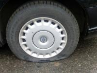 В Западном районе Великого Новгорода неизвестные прокололи колеса более десятка авто