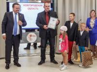 Андрей Никитин вручил первый сертификат «Новгородский гектар»