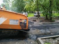 Дождь не стал помехой для ремонтных работ в одном из дворов Великого Новгорода