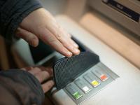 Назван новый способ, который позволяет мошенникам красть деньги из банкомата