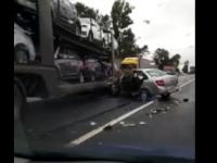 Утром на трассе М-10 в Новгородской области «Лада» столкнулась с автовозом