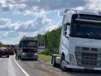 В Чудовском районе на М-10 образовалась длинная пробка из-за взрыва колеса