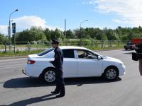 Затонировавшийся не по правилам новгородский водитель ждал окончания рейда ГИБДД на заправке