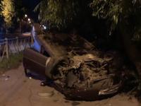 В Великом Новгороде женщина-водитель наехала на бордюр и перевернула автомобиль