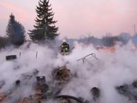 Ранним утром в новгородской деревне потушили пламя от жилого дома