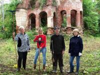 В Солецком районе неравнодушные люди приводят в порядок старинный усадебный парк