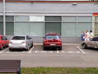 Новгородский водитель не постеснялся занять сразу два места на парковке для инвалидов