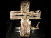 Археологи нашли в Великом Новгороде редкий византийский крест-энколпион