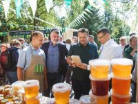 Губернатор закупился фермерской едой на фестивале «Своё». Фоторепортаж с ярмарки