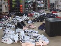 В торговых центрах Великого Новгорода изъяли крупную партию подделок одежды и обуви
