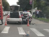Очевидцы: пассажирку мотоцикла после ДТП с двумя авто в Великом Новгороде увезла реанимация