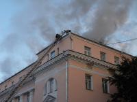 Пожарные продолжают борьбу с огнем в здании на Фёдоровском ручье