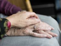 В Новгородской области одинокие пожилые люди смогут попасть в приемную семью