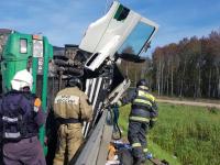 В Новгородском районе перевернулся грузовик с мебелью. Водитель в больнице