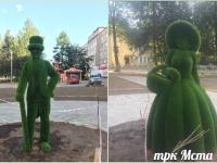 В сквере в Боровичах появились сказочные скульптуры из травы