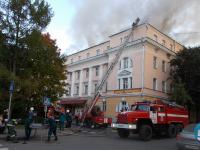 Видео: в Великом Новгороде горит здание бывшего кооперативного техникума
