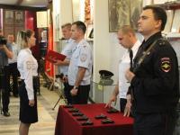В Великом Новгороде молодым сотрудникам полиции вручили табельное оружие