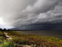 Фотофакт: над озером Ильмень сгущаются тучи