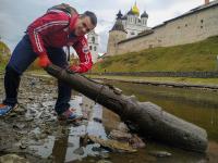 Блогер приехал в Псков и нашел в реке странный предмет