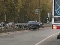 Фотофакт: на Псковской автомобиль вылетел за ограждение
