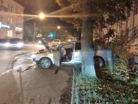 Пьяный водитель влетел в дерево у «Диалога»: фоторепортаж
