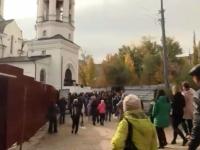Саратовский храм не смог вместить всех, кто пришел проститься с девятилетней Лизой
