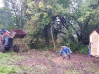 Семья из Шимска привела в идеальный порядок территорию деревенского погоста