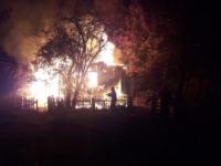 Страшный пожар этой ночью уничтожил дом и баню в Новгородском районе