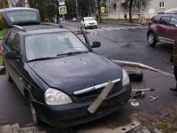 В Великом Новгороде автомобиль въехал на тротуар из-за ДТП