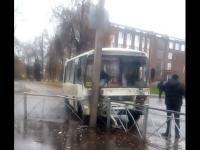 Возле мэрии Великого Новгорода попал в аварию пригородный автобус