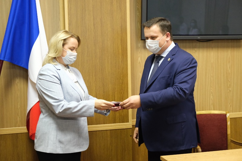 Андрей Никитин вручил удостоверение новому министру труда и соцзащиты Новгородской области