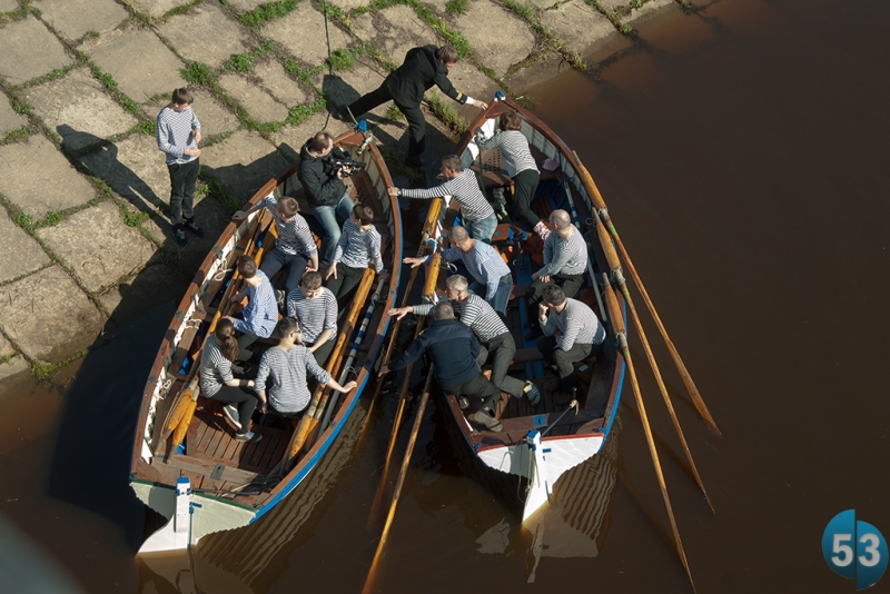 В церемонии спускания венка на воду приняли участие воспитанники Клуба юных моряков