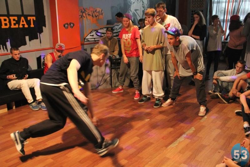 В соревнованиях приняли участие танцоры из Великого Новгорода, Санкт-Петербурга, Москвы и Пскова