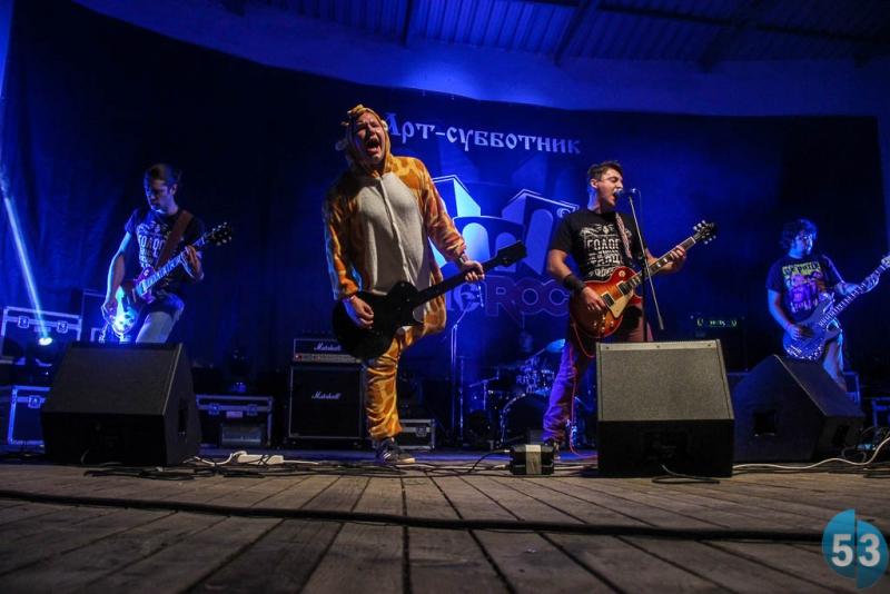 «Йорш» из Климовска, Московская область. По центру – живой талисман группы и шоумен Владимир «Жираф» Гаврилов